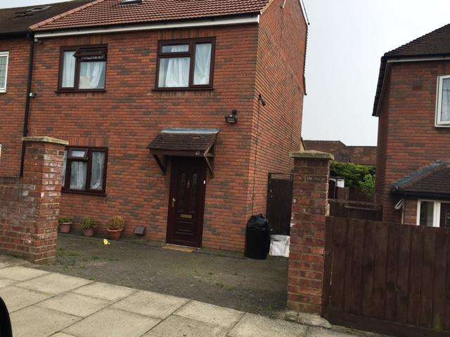 5 Bedrooms Semi Detached House for sale in Huntsman Road, Hainault IG6