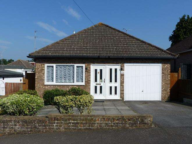 2 Bedrooms Detached Bungalow for sale in The Courtway,Carpenders Park,WD19 5DW