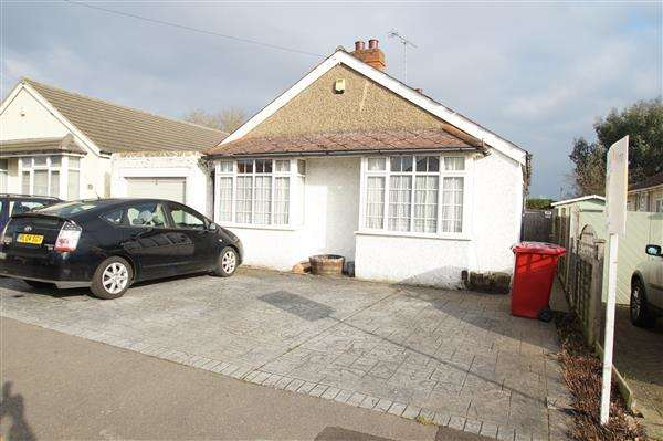 3 Bedrooms Bungalow for sale in Lawrence Way, Burnham, Slough