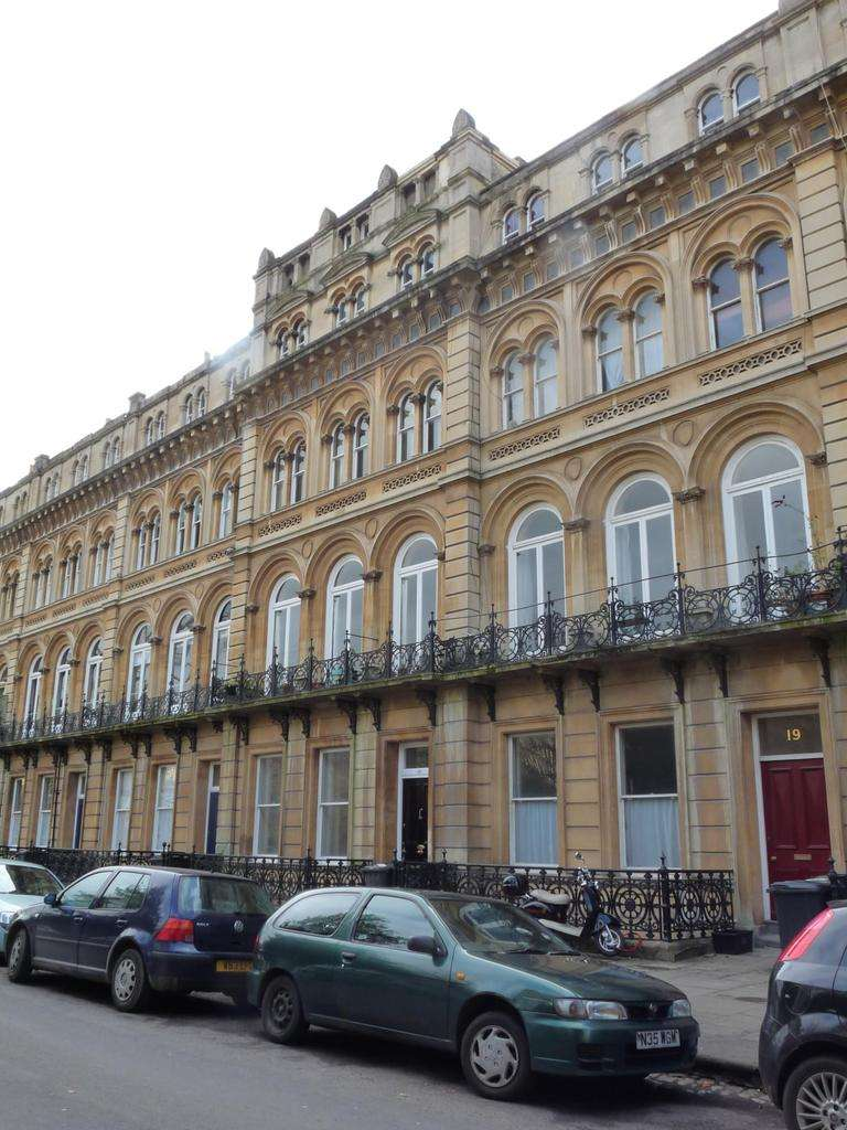 3 Bedrooms Flat for rent in Victoria Square, Clifton