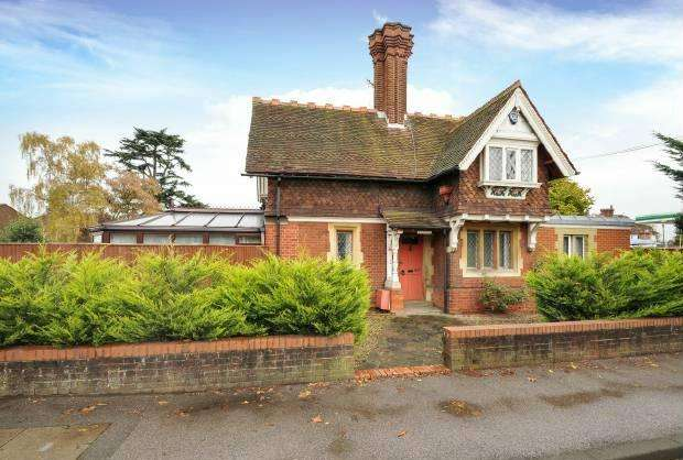 5 Bedrooms Detached House for sale in Straight Road, Old Windsor