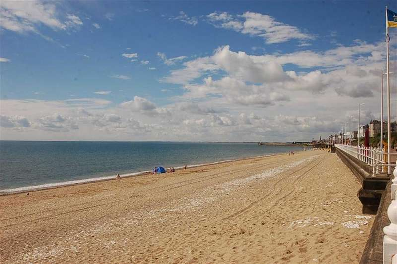 3 Bedrooms Flat for sale in South Marine Drive, Bridlington, YO15