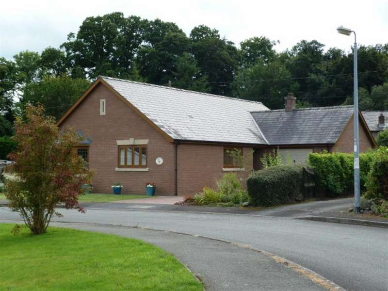 3 Bedrooms Bungalow for sale in Caersws, Caersws
