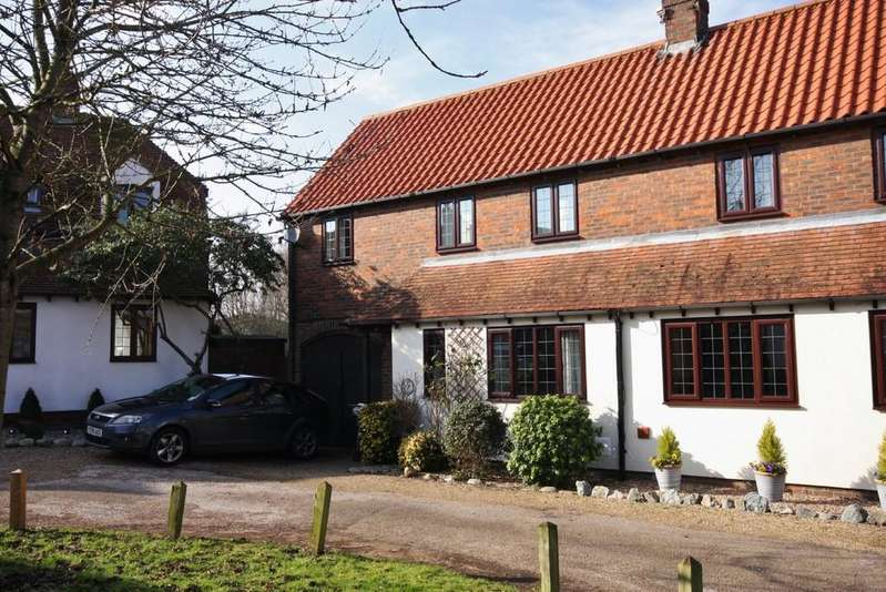 3 Bedrooms Semi Detached House for sale in Church Mead, Roydon