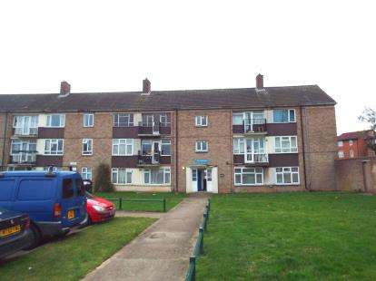 2 Bedrooms Flat for sale in Hoe Lane, Enfield, Hertfordshire