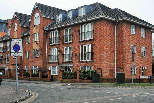 2 Bedrooms Flat for sale in Headington Place, Slough
