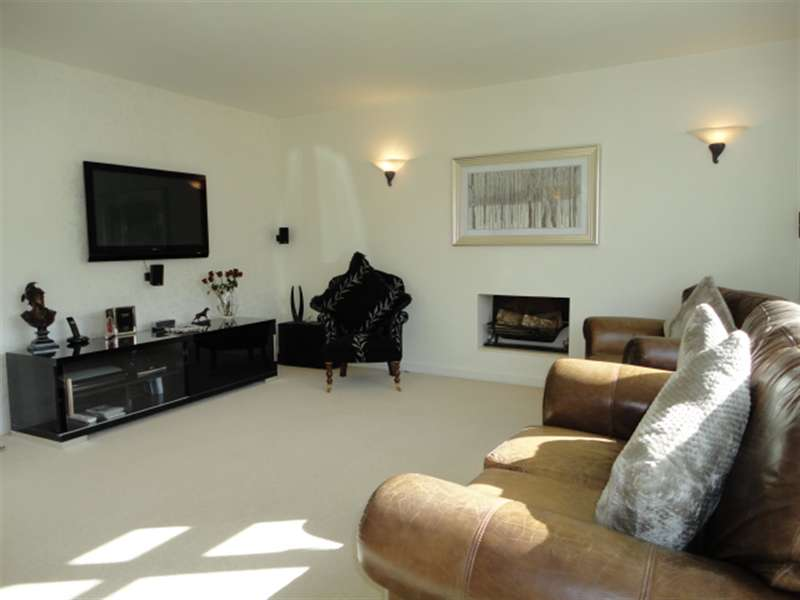 4 Bedrooms Detached House for sale in Pinewood Green, Iver, SL0 0QL