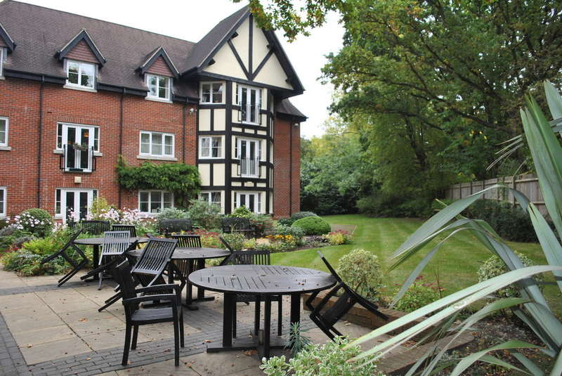 2 Bedrooms Retirement Property for sale in Hinchley Wood
