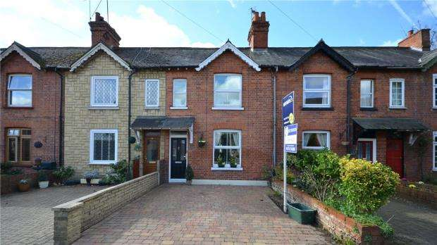 2 Bedrooms Terraced House for sale in Vicarage Road, Blackwater, Camberley