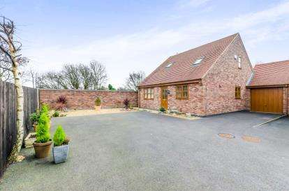 5 Bedrooms Bungalow for sale in Broad Lane South, Wolverhampton, West Midlands