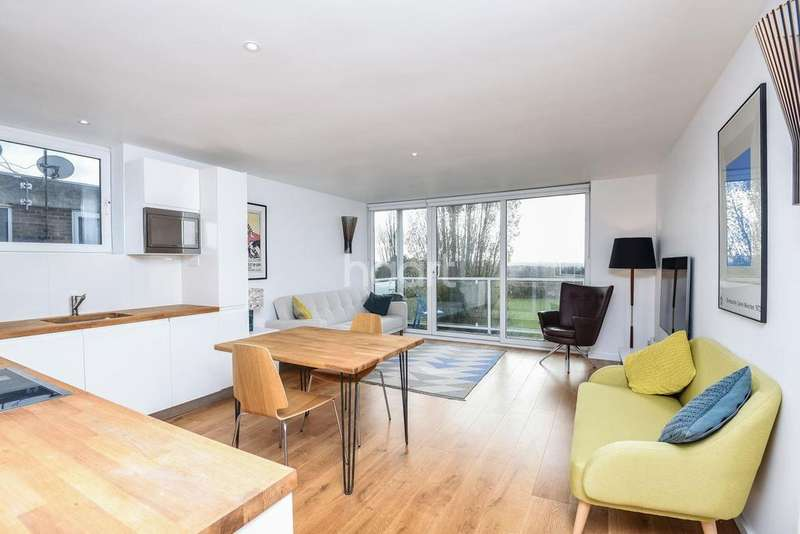 2 Bedrooms Flat for sale in Averil Grove, Streatham, SW16