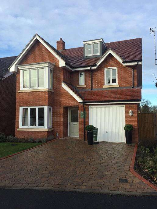 5 Bedrooms Detached House for sale in Norfolk Place, Love Lane, Iver