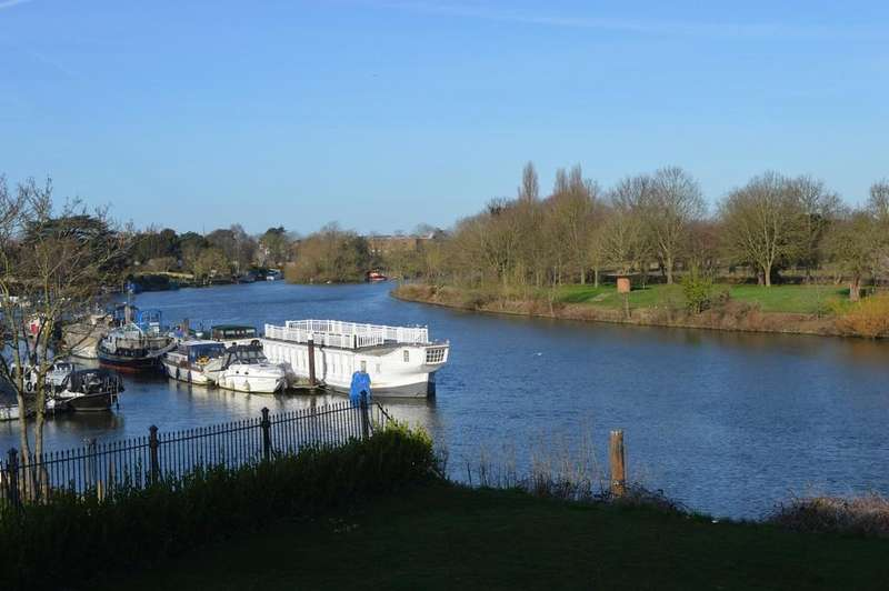 4 Bedrooms Terraced House for sale in Ditton Reach, Thames Ditton