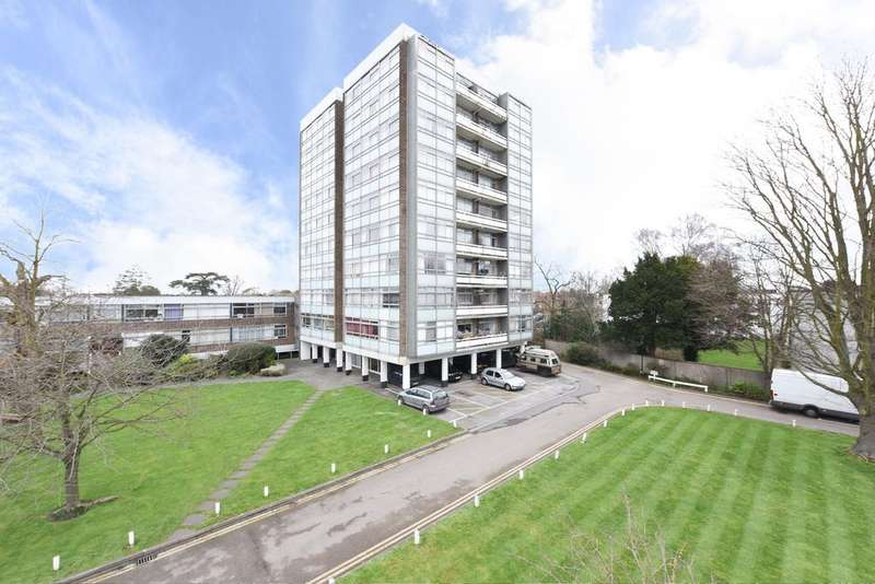 2 Bedrooms Flat for sale in Wellington Close, WALTON ON THAMES KT12