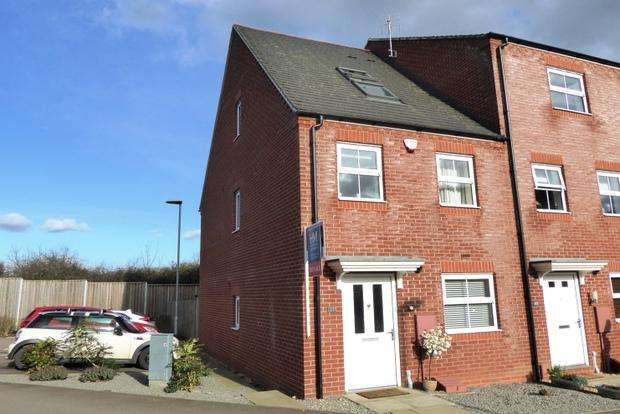 3 Bedrooms End Of Terrace House for sale in Walkers Way, Roade, Northampton, NN7