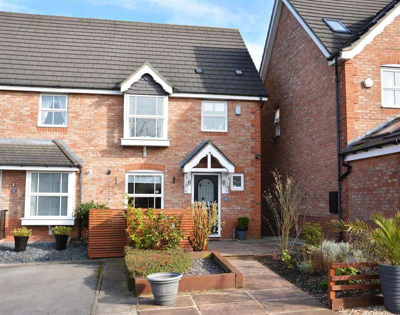 4 Bedrooms Town House for sale in Keelham Drive, Leeds