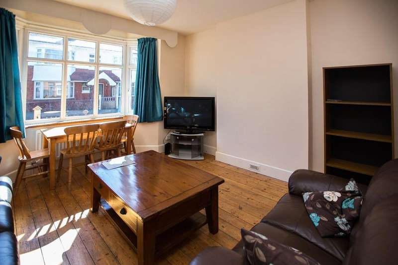 5 Bedrooms Detached House for rent in Somerley Road