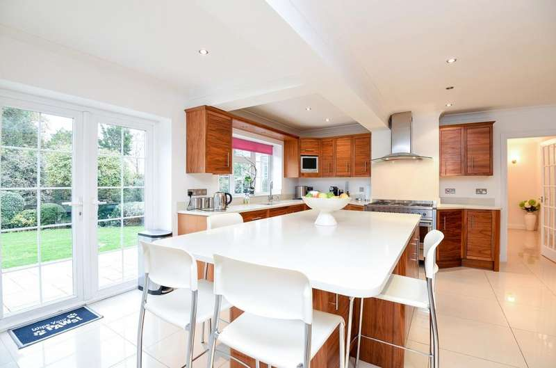5 Bedrooms Detached House for sale in The Spinneys Bromley BR1