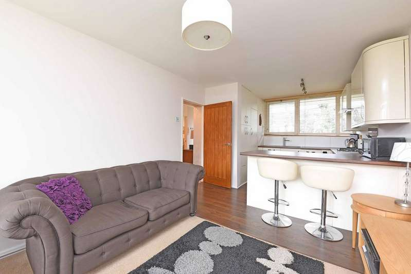 2 Bedrooms Flat for sale in Winterfold Close, SW19