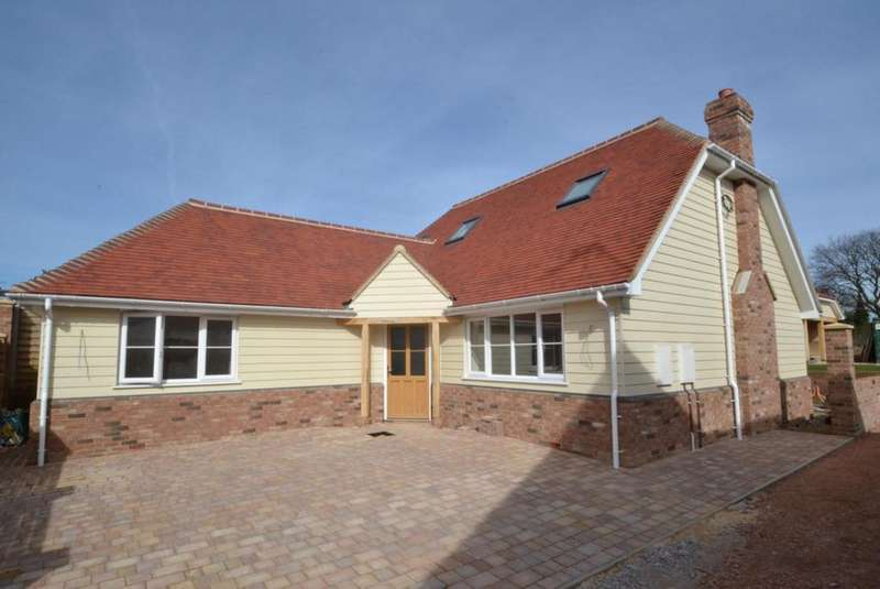 4 Bedrooms Chalet House for sale in Noak Hill Road, Billericay, Essex, CM12