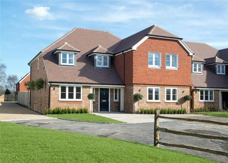 5 Bedrooms Detached House for sale in Hawthorne House, Hawkswood Place, East Street, Addington, ME19