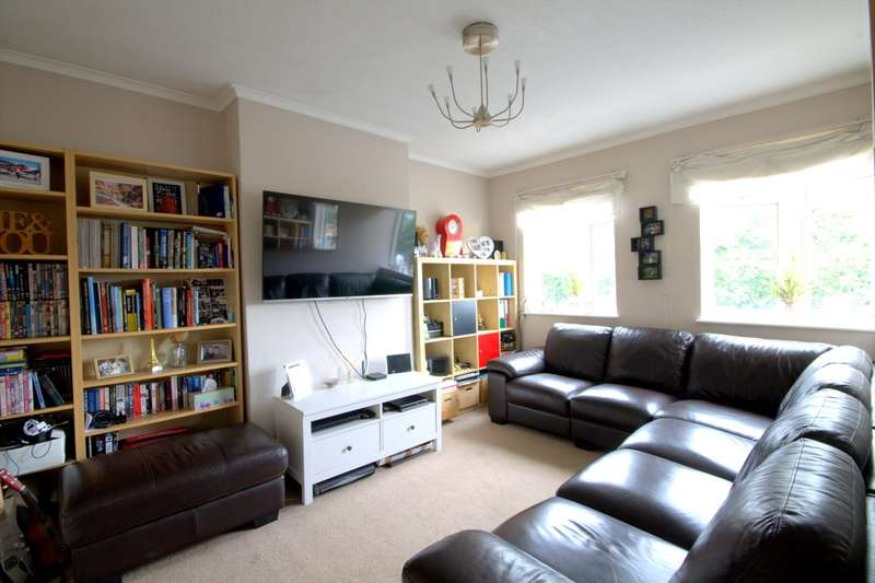 2 Bedrooms Flat for sale in Hamilton Parade, Groveley Road, Feltham, TW13