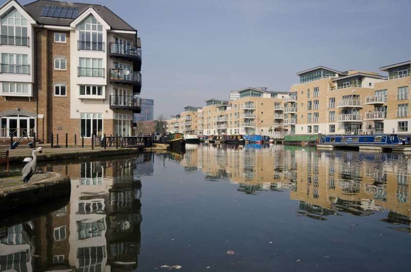 3 Bedrooms Flat for sale in Oakbark House, Brentford, TW8