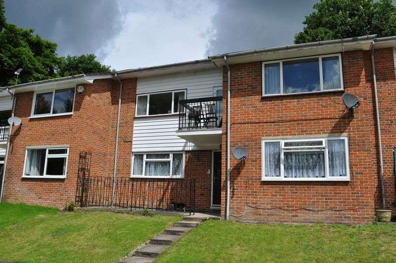 2 Bedrooms Flat for sale in Bells Hill Green, Stoke Poges
