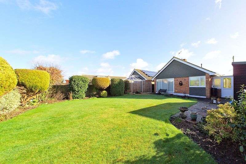 3 Bedrooms Detached Bungalow for sale in Regents Way, West Meads, PO21