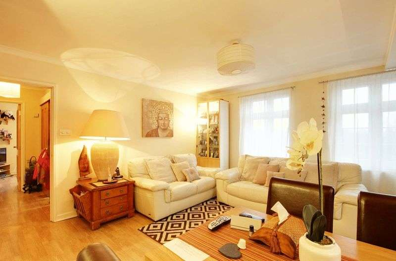 3 Bedrooms Flat for sale in The Highway, London