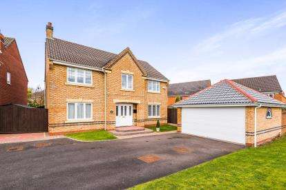 4 Bedrooms Detached House for sale in Kingfisher Close, Brownhills, Walsall, West Midlands