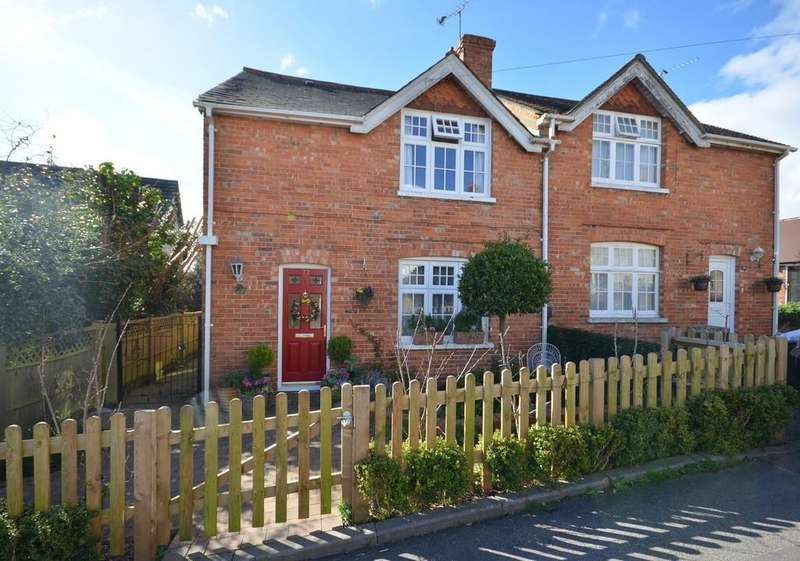 3 Bedrooms Semi Detached House for sale in Wings Road, Farnham