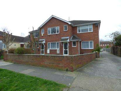 2 Bedrooms Flat for sale in 25 Queen Annes Drive, Westcliff-On-Sea, Essex