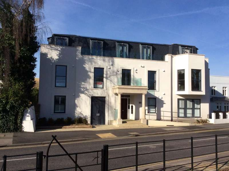 2 Bedrooms Flat for sale in Russell Road, Shepperton, Surrey, TW17