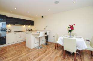 2 Bedrooms Flat for sale in Westhall Road, Warlingham, Surrey
