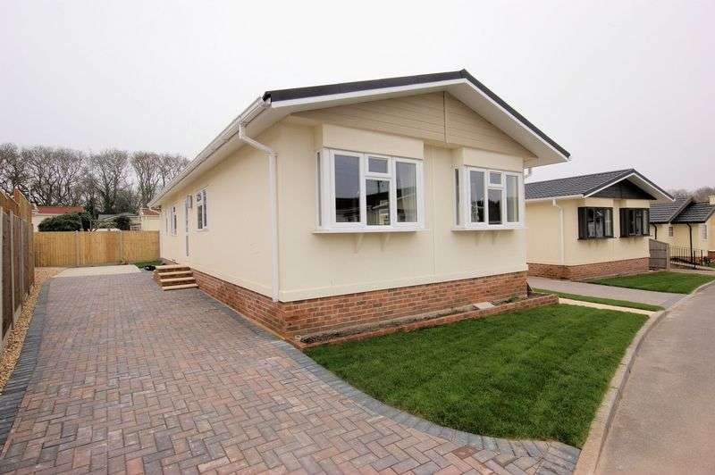 2 Bedrooms Detached Bungalow for sale in Woodlands Park, Lymington
