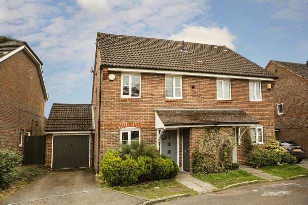 3 Bedrooms Semi Detached House for sale in Woodcock Court, Three Mile Cross, Reading