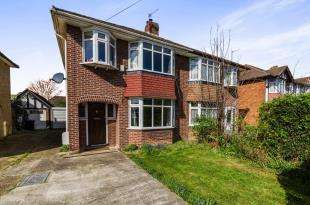 3 Bedrooms Semi Detached House for sale in Cheshire Gardens, Chessington, Surrey, Na