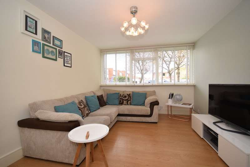 2 Bedrooms Flat for sale in Long Green, Chigwell, Essex, IG7