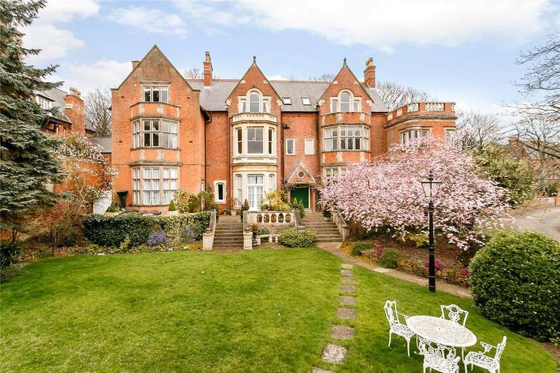 3 Bedrooms Flat for sale in Newcastle Court, The Park, Nottingham, NG7