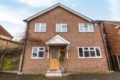 3 Bedrooms Detached House for sale in Laburnum Way, Bromley
