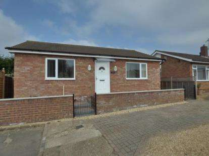2 Bedrooms Bungalow for sale in Craigmore Avenue, Bletchley, Milton Keynes