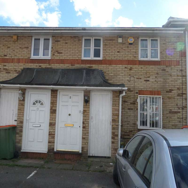 3 Bedrooms Terraced House for sale in Lymington Close, Beckton