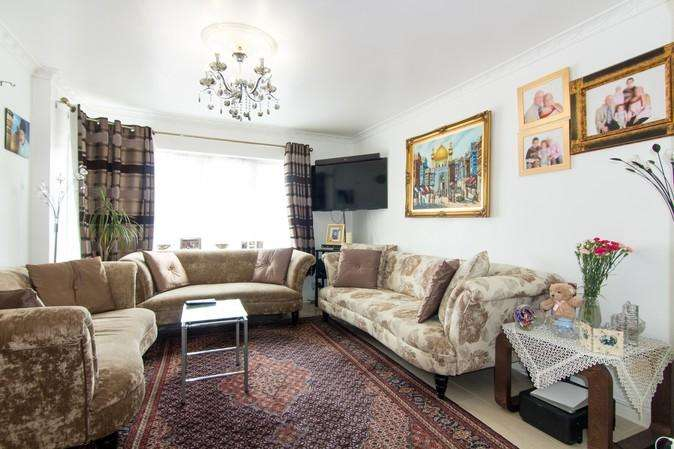 3 Bedrooms Semi Detached House for sale in Hughenden Gardens, Northolt