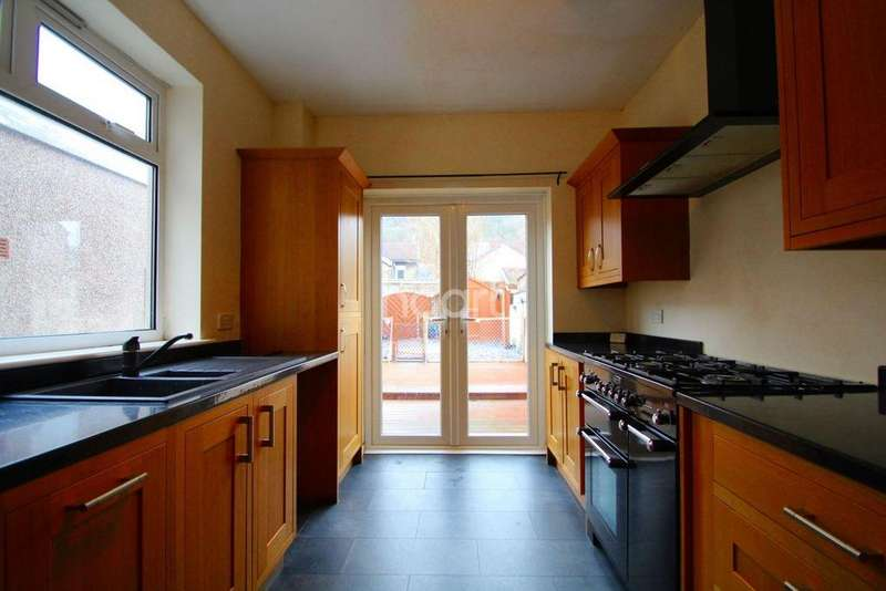 2 Bedrooms Terraced House for sale in Machen Street, Risca