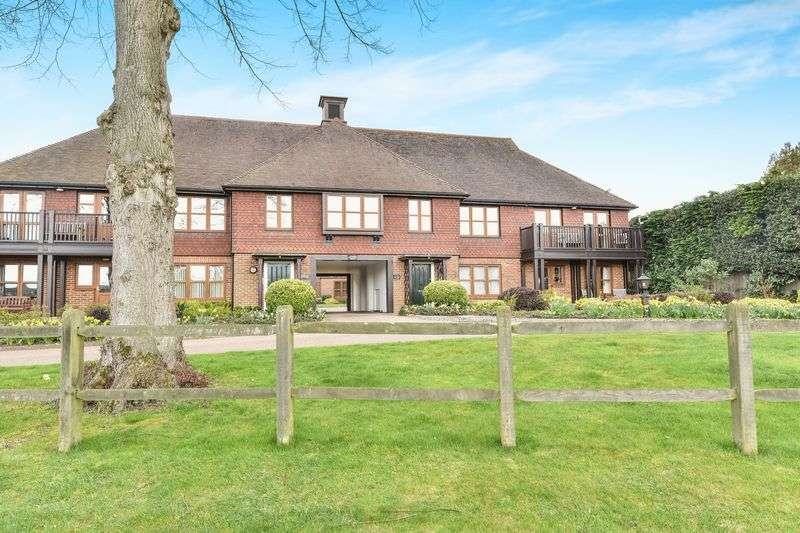 3 Bedrooms Flat for sale in Eylesden Court, Bearsted, Maidstone