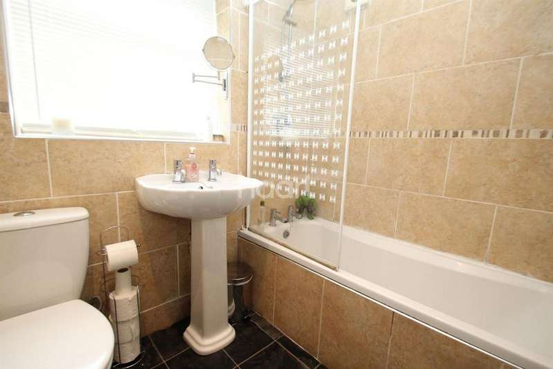 3 Bedrooms Semi Detached House for sale in Central Avenue, Aveley, RM15