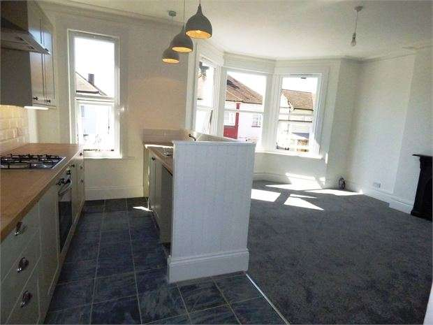 2 Bedrooms Apartment Flat for sale in Elm Road, Leigh on sea, SS9 1SA