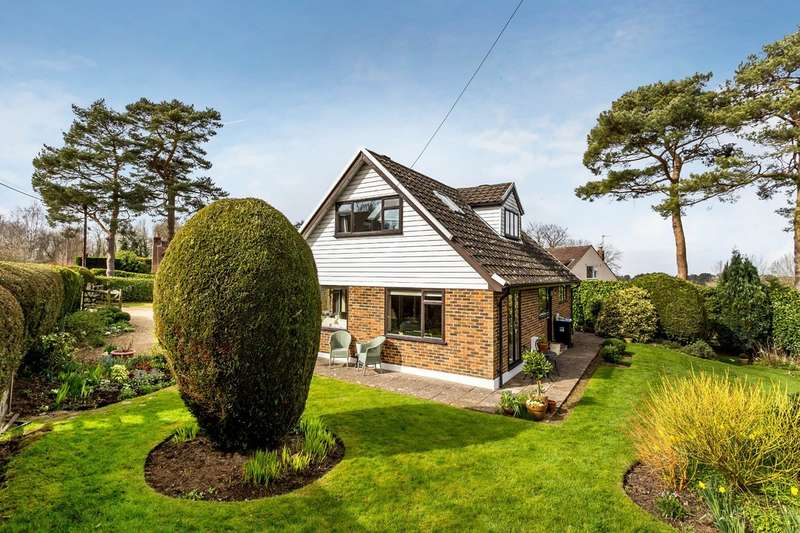 4 Bedrooms Detached House for sale in Hill Top Walk, Woldingham