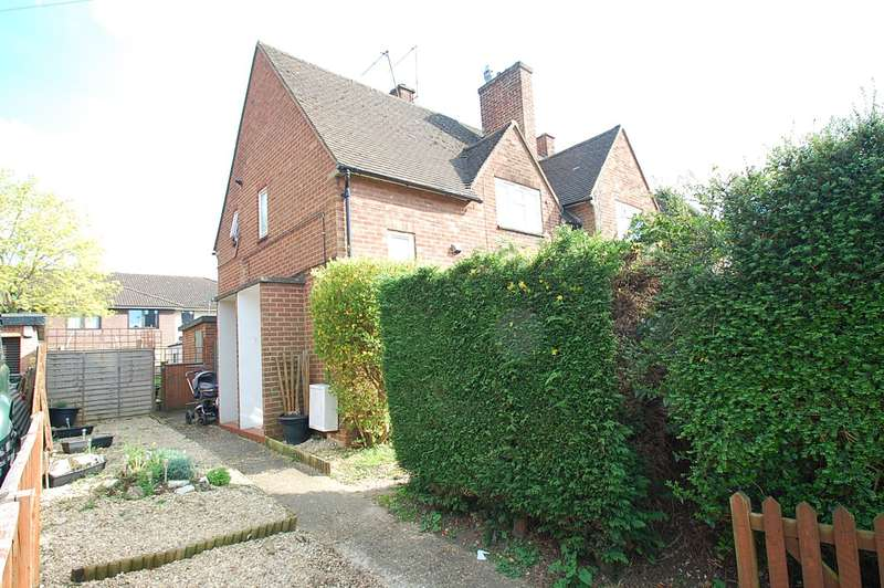 2 Bedrooms Maisonette Flat for sale in Hillside Close, Chalfont St. Peter, SL9
